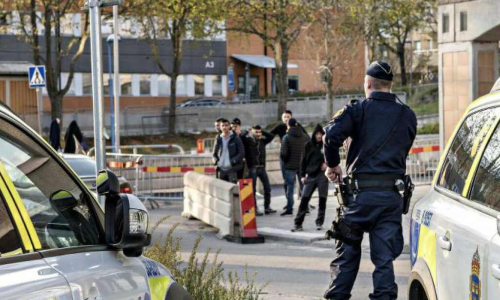I svenske Rinkeby skyter 16-åringer på hverandre og journalister får juling