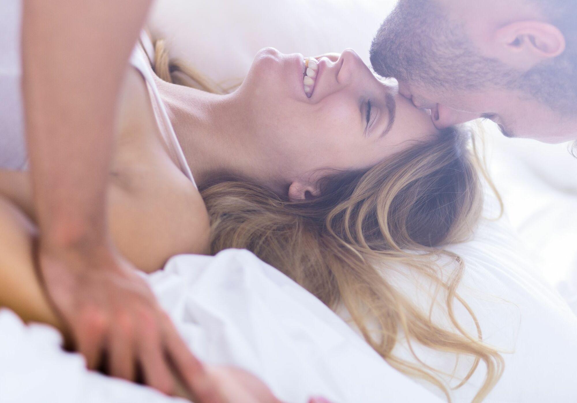 Секс втроем с молодой, Секс втроем видео 8 фотография