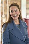 GRÅ HÅR I ETTERVEKSTEN: Hertuginne Kate har i likhet med svært mange andre, begynt å få grå hår. Nå får britiske medier kritikk for nærmest å mobbe henne for det.   Foto: All Over Press